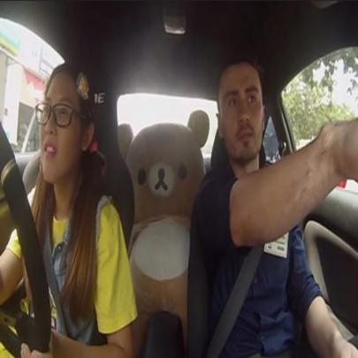 Você entraria no carro desta inocente garota?