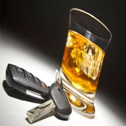 Motorista embriagado para o carro e liga para ...