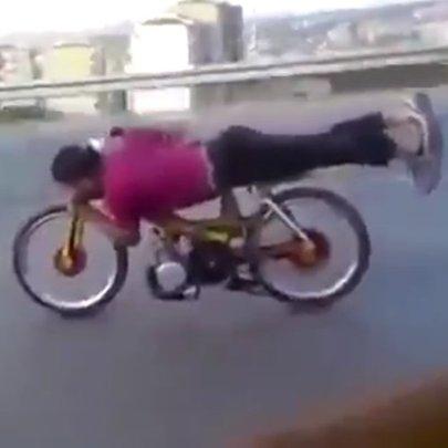 Pilotando bicicleta motorizada com estilo