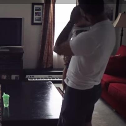 Pai e filho gravam o seu dia a dia para mostra...