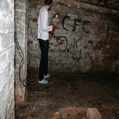 Homem descobre passagem secreta e bem assustad...