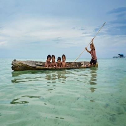 Conheça a tribo Bajau que vive no meio do oce...