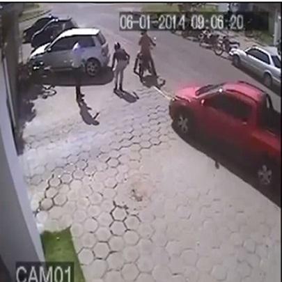 Bandido é atropelado numa tentativa de assalt...