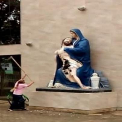 Mulher surta e é detida após danificar image...